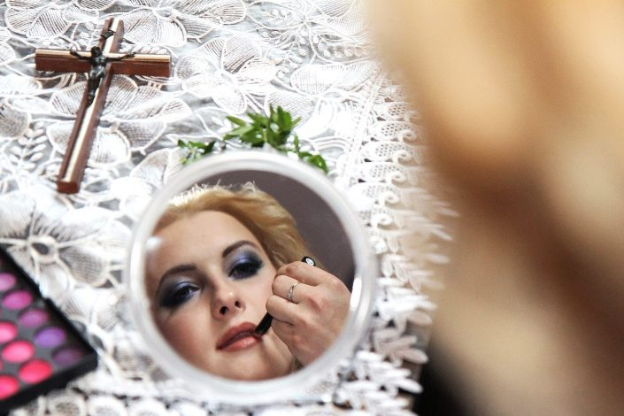 Panna młoda w lusterku