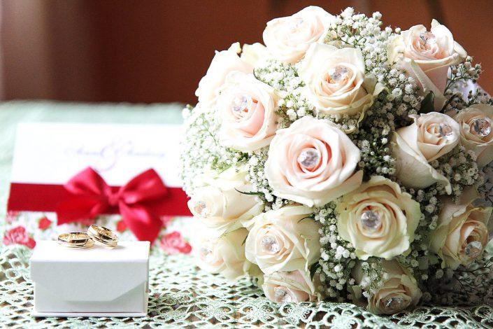 Bukiet ślubny i obrączki w eleganckim pudełku