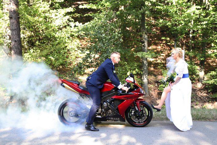 Para młoda i motocykl