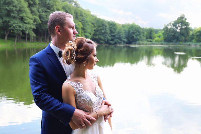 Para młoda patrząca w dal na jezioro