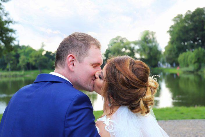 Para młoda całująca się w Złotym Potoku