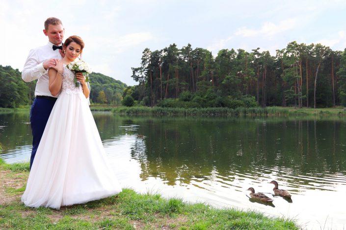 Para młoda i pływające kaczki