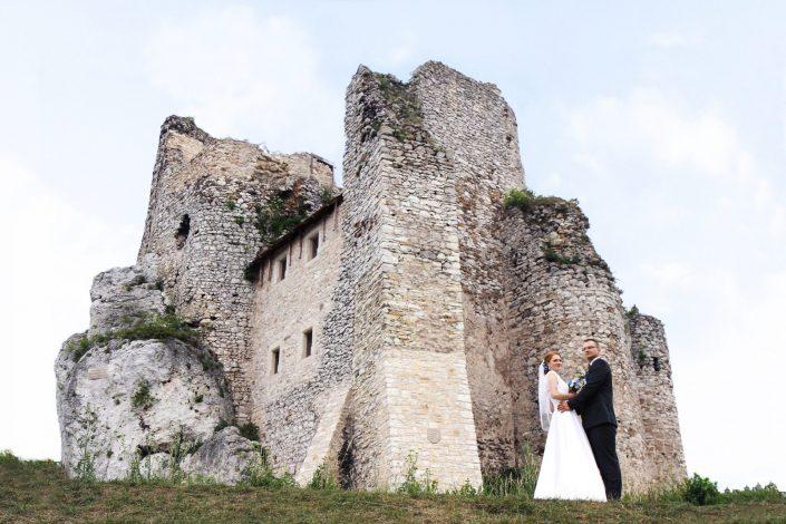 Para młoda i Ruiny Zamku w Mirowie