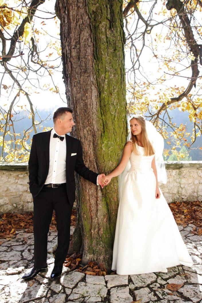 Para młoda przy drzewie w Ojcowie