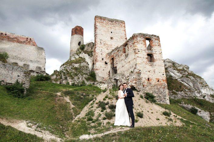 Para młoda na tle Zamku w Olsztynie