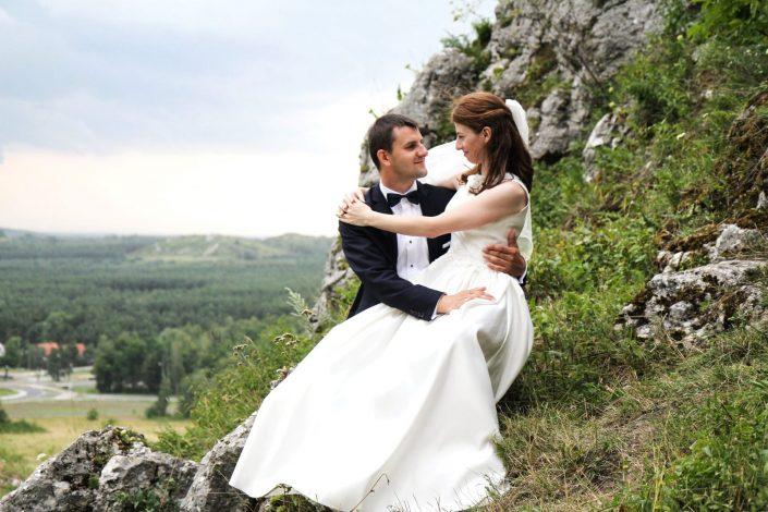 Para młoda siedząca na skałkach olsztyńskich