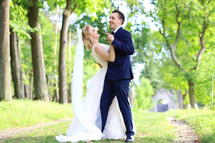 Para młoda która tańczy