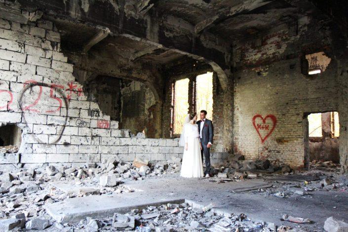 Para młoda w ruinach cementowni Będzin Grodziec