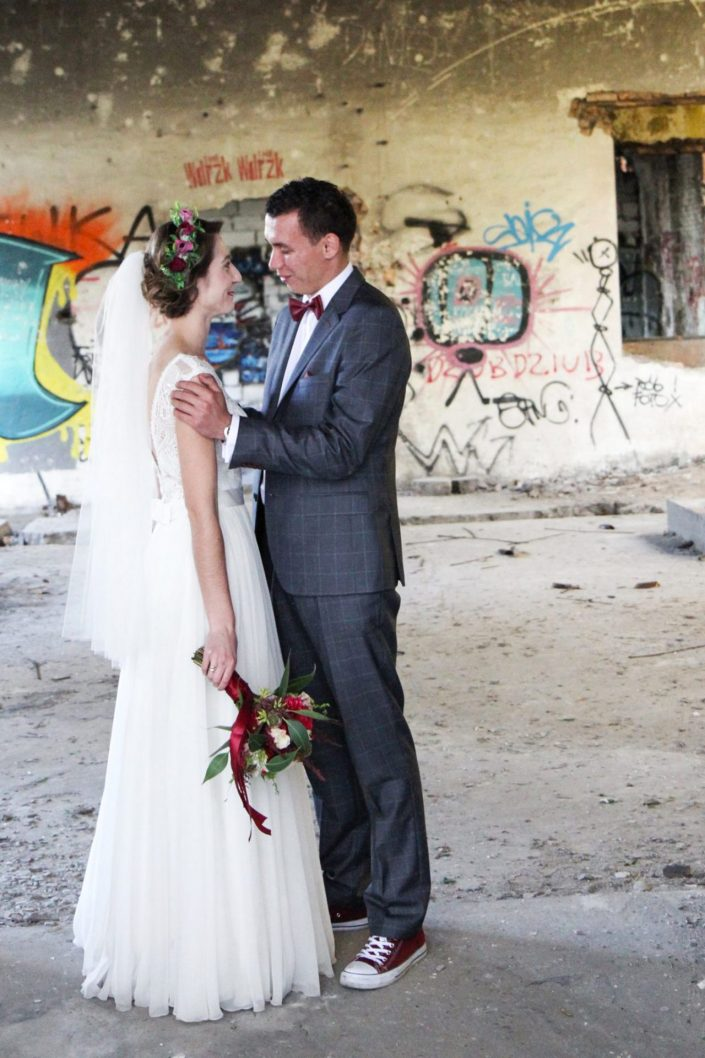 Para młoda w ruinach cementowni