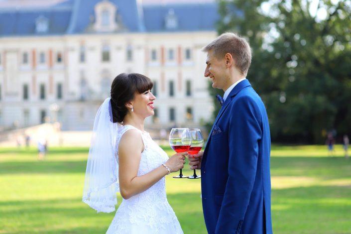 Para młoda wznosząca toast w Pszczynie