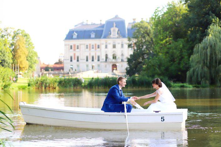 Para młoda na łódce, w tle Zamek w Pszczynie