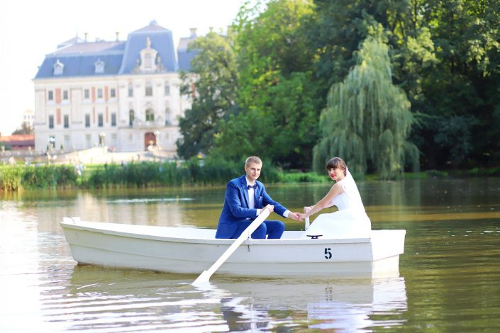 Para młoda na łódce, w tle Muzeum Zamkowe w Pszczynie