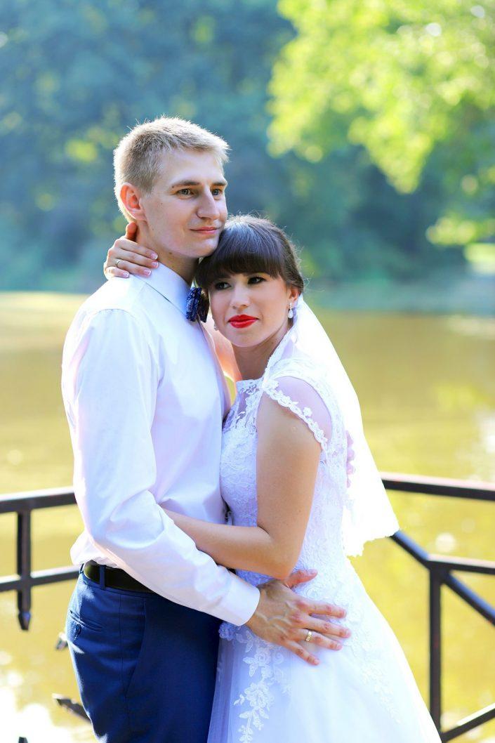 Przytulająca się para młoda
