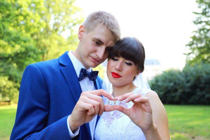 Para młoda trzymająca obrączki ślubne